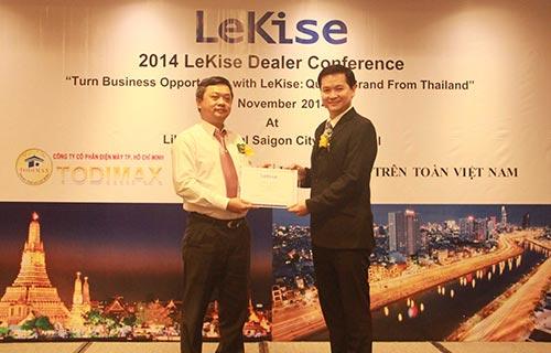 Đại diện Tập đoàn Lekise trao chứng nhận phân phối sản phẩm Lekise cho đại diện TODIMAX