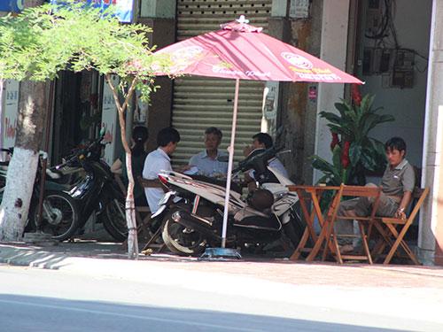 Ông Nguyễn Quốc Hưng và ông Xây (thứ hai và thứ ba từ phải sang) gặp phóng viên tại quán cà phê đề nghị nhường thầu Ảnh: Tú Anh