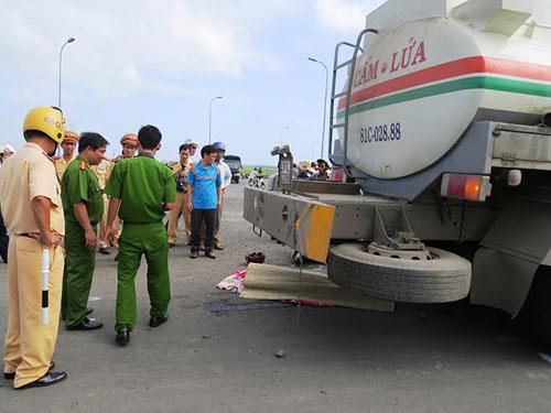"""Vụ tai nạn thương tâm xảy ra tại ngã tư """"tử thần"""" ở Phú Yên, sáng 13-11, làm chết một nữ cán bộ văn thư Ảnh: HỒNG ÁNH"""