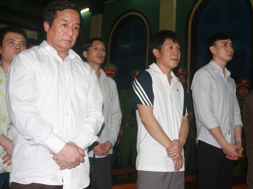 Luân con đứng giữa, cùng lãnh án tử với Ngô Quang Trưởng