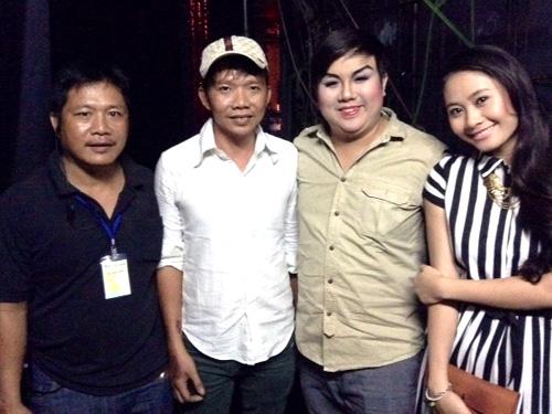 Từ phải sang: anh Quốc Dũng (chuyên viên ánh sáng), anh Phạm Hoàng Trúc (hậu đài), NS Gia Bảo và Kim Hiền tại rạp Công Nhân đêm mùng 6 tết