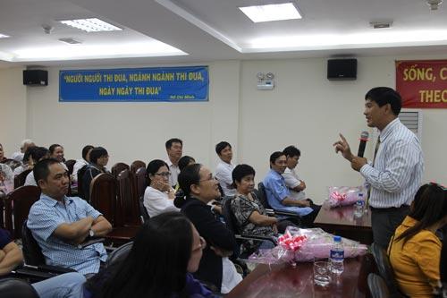 Ông Nguyễn Văn Quang, Phó Giám đốc Trung tâm Công tác Xã hội Công đoàn, hướng dẫn CNVC-LĐ cách phòng ngừa HIV/AIDS