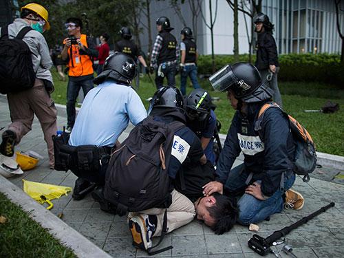 Cảnh sát khống chế một người biểu tình Ảnh: Reuters