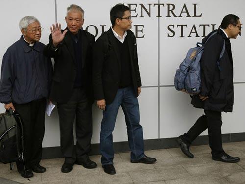 """4 thủ lĩnh biểu tình của phong trào """"Chiếm lĩnh Trung tâm"""" ra đầu thú cảnh sát Hồng Kông hôm 3-12 Ảnh: AP"""