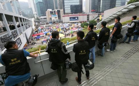 Cảnh sát theo dõi khu Kim Chung từ trên cao. Ảnh: SCMP