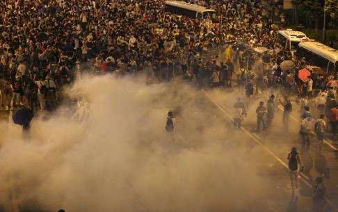 Cảnh sát dùng hơi cay giải tán người biểu tình, biến đường phố thành chiến trường. Ảnh: SCMP