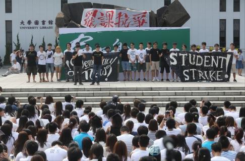 Sinh viên Hồng Kông mặc áo trắng khi tham gia biểu tình. Ảnh: SCMP