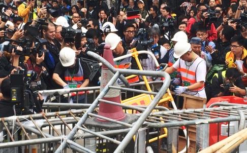 Các rào chắn bắt đầu được tháo dỡ. Ảnh: SCMP