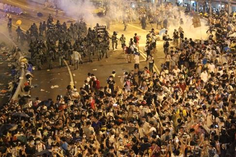 Cảnh sát chống bạo động đã nạp sẵn đạn dẻo. Ảnh: SCMP