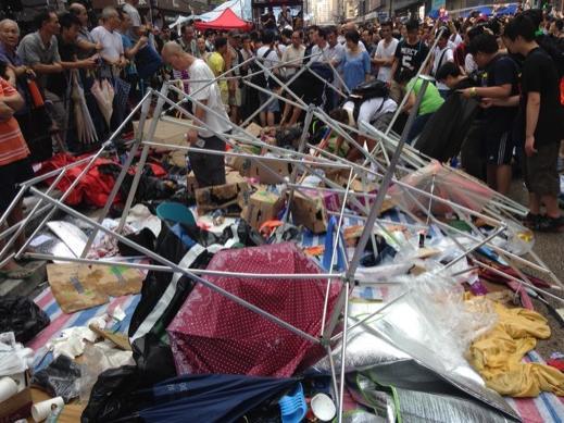 Lều trại của người biểu tình ở Vượng Giác bị phá. Ảnh: Twitter