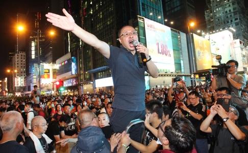 Ông Benny Tai, một thủ lĩnh của phong trào Chiếm lĩnh Trung tâm, phát biểu ở khu Vượng Giác tối 29-9. Ảnh: SCMP