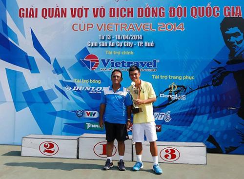 HLV Đoàn Lê Minh và tay vợt Hoàng Thiên tại giải VĐ đồng đôi 2014. Ảnh: Ngọc Linh