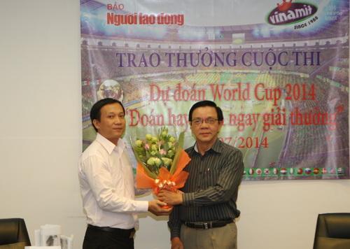 Ông Nguyễn Văn Tín, Phó Tổng biên tập báo Người Lao Động (phải) tặng hoa cảm ơn đơn vị tài trợ