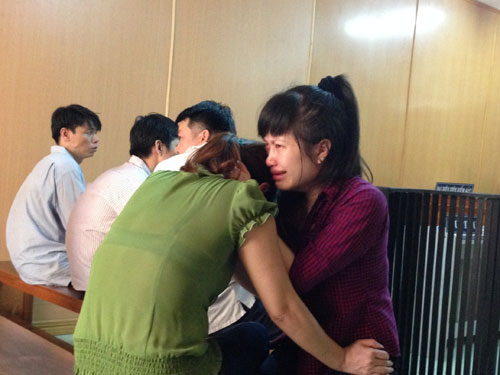 Triệu Thanh Hoa khóc nức nở trong vòng tay mẹ