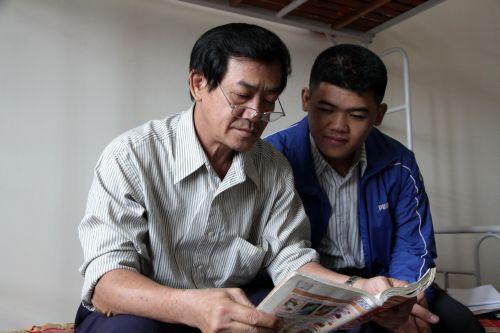Thí sinh Hoàng cùng con trai ở KTX Đại học Đà Lạt