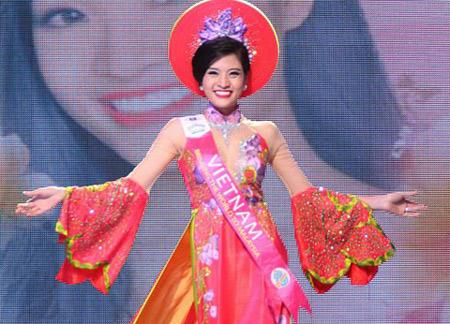 Phan Hoàng Thu trong đêm chung kết cuộc thi Hoa hậu Du lịch quốc tế