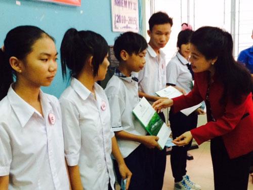 Bà Huỳnh Thị Lan Phương, Phó Tổng giám đốc Công ty TNHH Xử lý chất thải rắn Việt Nam tặng học bổng cho các em học sinh nghèo ở huyện Bình Chánh