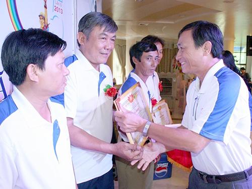 Ông Nguyễn Châu Nghĩa, Chủ tịch CĐ SAMCO (phải), trao giấy khen cho các công nhân tiêu biểu