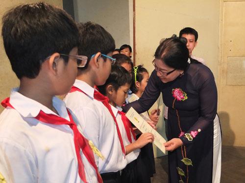 Bà Nguyễn Thị Bích Thủy, Phó Chủ tịch LĐLĐ TP HCM, trao học bổng cho con CNVC-LĐ ngành giáo dục