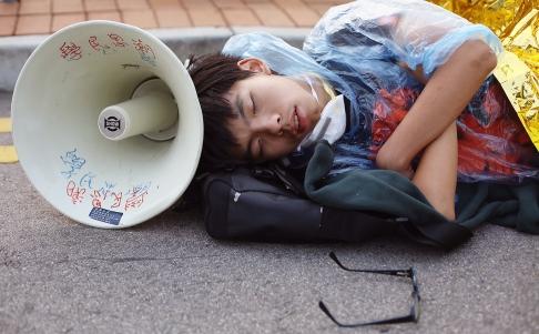 Joshua Wong ngủ qua đêm 14-10 trên đường Lung Wo. Ảnh: SCMP