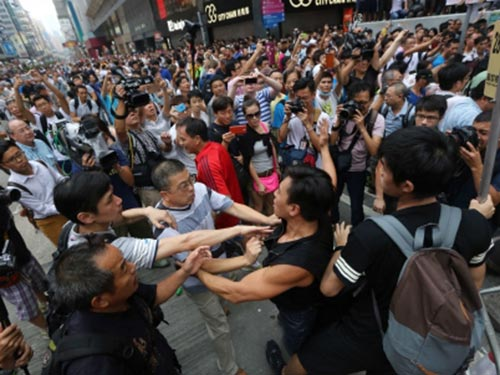 Ẩu đả tại khu Vượng Giác ngày 4-10 khiến lo ngại về khuynh hướng bạo lực trong các cuộc biểu tình Hồng Kông gia tăng Ảnh: SCMP