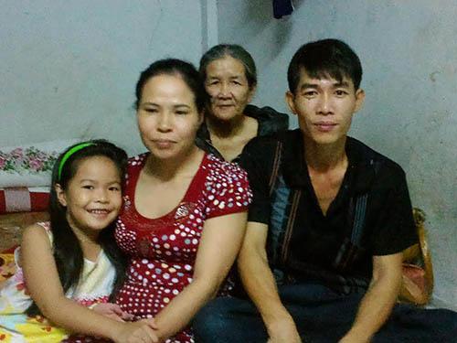 Vợ chồng anh Tuấn - chị Giang cùng mẹ chồng và con gái út