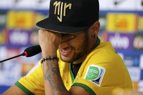 Nón của Neymar cũng là đề tài chỉ trích của HLV Dunga