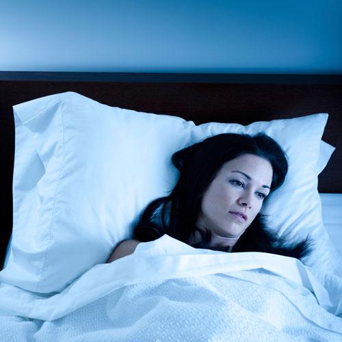 Thiếu ngủ làm tăng mức độ cortisol, khiến bạn căng thẳng, muốn ăn vặt