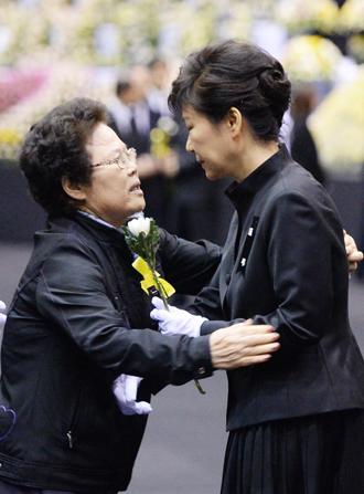 Tấm ảnh đang gây rắc rối cho bà Park (phải). Ảnh: Joint Press Corps