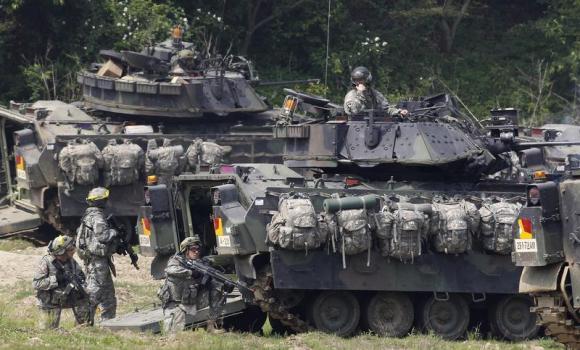 Xe quân sự Bradley của Mỹ trong một cuộc tập trận tại Hàn Quốc năm 2011  Ảnh: REUTERS