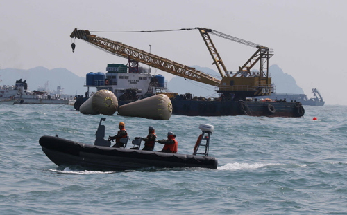 Lực lượng cảnh sát biển Hàn Quốc tìm kiếm hành khách mất tích. Ảnh: Chosun Ilbo