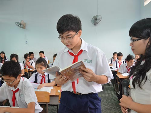 Giáo viên và học sinh mong muốn một chương trình, sách giáo khoa thực hành nhiều hơn lý thuyết.  Trong ảnh: Học sinh Trường THCS Chu Văn An (quận 11, TP HCM) trong một tiết học Ảnh: TẤN THẠNH
