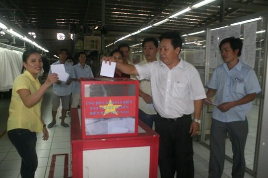 Công nhân Công ty Hansae Việt Nam (100% vốn Hàn Quốc, KCN Tây Bắc huyện Củ Chi, TP HCM), quyên góp ủng hộ cho chương trình Nghĩa tình Hoàng Sa - Trường Sa