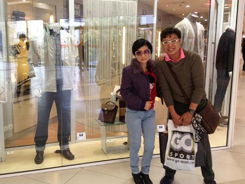 NSƯT Thanh Kim Huệ và nhà báo Thanh Hiệp trong chuyến đi Pháp tháng 10-2013