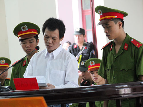 Phạm Mạnh Hùng cầm giấy, dõng dạc bào chữa cho mình