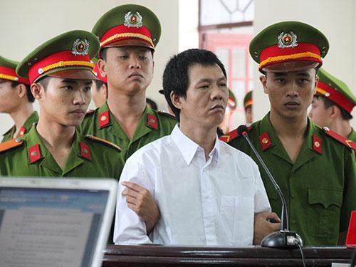 Phạm Mạnh Hùng đứng nghe tuyên án