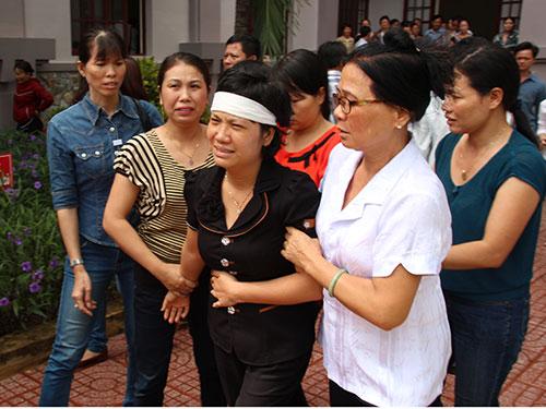 Vợ nạn nhân khóc nức nở sau phiên tòa