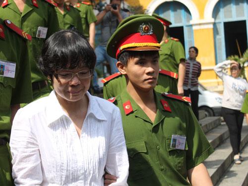 Siêu lừa Huỳnh Thị Huyền Như mếu máo sau phiên tòa xử sáng 15-1