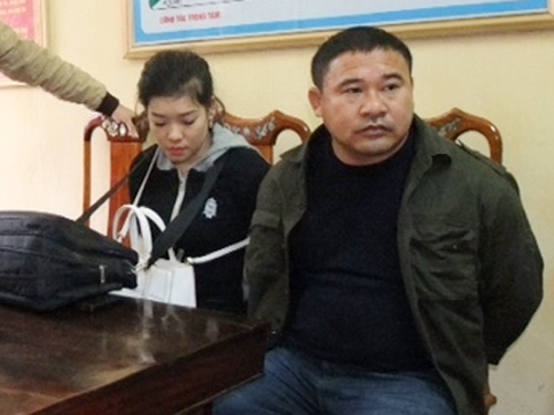 Hai đối tượng Lê Thị Huyền và Bùi Văn Hòa tại cơ quan công an. Ảnh: Dũng Nguyên