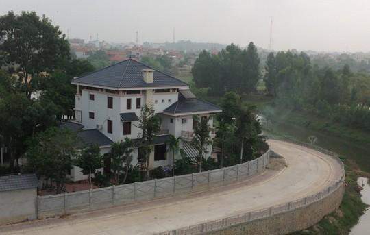 Biệt thự nhà ông Hà Hòa Bình, Phó Chủ tịch UBND tỉnh Vĩnh Phúc vừa mới nghỉ hưu từ ngày 1-11 vừa qua, đang trong giai đoạn hoàn tất