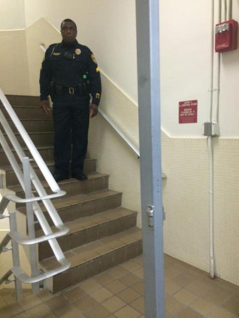 Nhân viên an ninh phong tỏa các lối đi trong trường ĐH Florida. Ảnh: Twitter