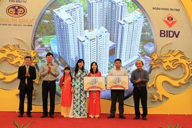 TS Trương Thái Sơn (ngoài cùng bên trái) – Phó Tổng Giám đốc Công ty Địa ốc Hoàng Quân trao Quỹ Khuyến học HQC Plaza dành riêng cho cư dân tại dự án