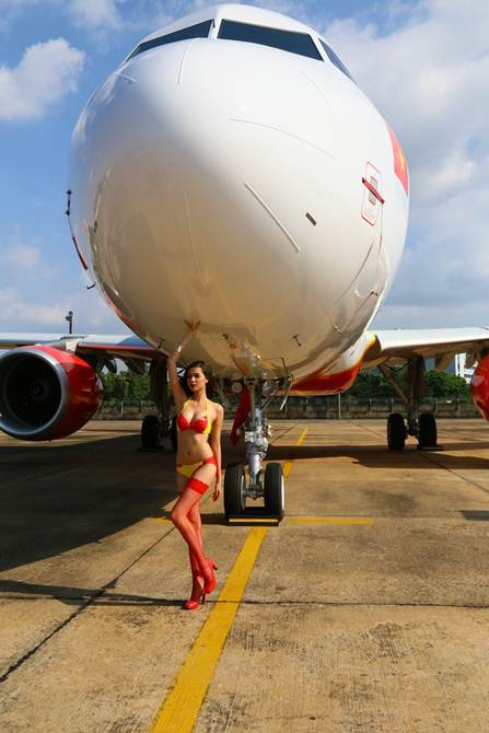Đủ kiểu tạo dáng trước máy bay