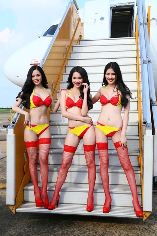 Ngọc Trinh (giữa) và 2 người mẫu ở cầu thang máy bay