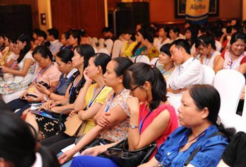 Khách mời chăm chú lắng nghe phần trình bày của GS. TS Nguyễn Gia Khánh - Phó chủ tịch Hội Nhi Khoa Việt Nam