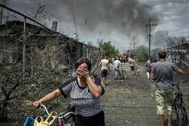 Cột khói đen bốc lên gần khu vực hiện trường máy bay MH17. Ảnh: The Crux
