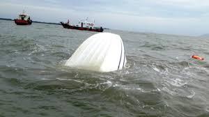 Chiếc ca nô bị chìm tại vùng biển xã Long Hòa, huyện Cần Giờ, TP HCM