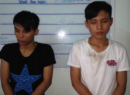 Nguyễn Mạnh Tuấn (bên trái) và Nguyễn Quốc Hòa tại cơ quan công an