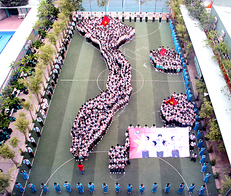 Giáo viên, học sinh Trường THPT Lê Quý Đôn  xếp hình bản đồ Việt Nam, khẳng định 2 quần đảo Trường Sa - Hoàng Sa là  của Việt Nam