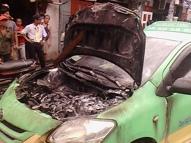 Chiếc taxi bị hư hỏng phần máy và nội thất sau vụ cháy